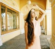 Giovane donna sorridente graziosa in cappello con le borse su acquisto al deposito fotografie stock libere da diritti