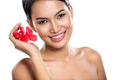 Giovane donna sorridente sopra bianco fotografia stock