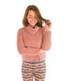 Giovane donna sorridente sveglia in maglione rosa Fotografia Stock Libera da Diritti