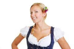 Giovane donna sorridente in un dirndl Fotografia Stock