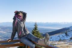 Giovane donna sorridente in una montagna di inverno Fotografia Stock Libera da Diritti