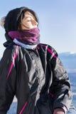 Giovane donna sorridente in una montagna di inverno - Bulgaria Fotografie Stock
