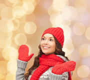 Giovane donna sorridente in vestiti di inverno Immagini Stock Libere da Diritti