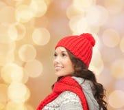 Giovane donna sorridente in vestiti di inverno Fotografia Stock