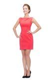 Giovane donna sorridente in vestito rosso Fotografie Stock Libere da Diritti