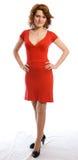 Giovane donna sorridente in vestito rosso Immagine Stock