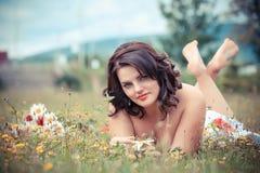 Giovane donna in sosta un giorno di estate caldo Fotografia Stock