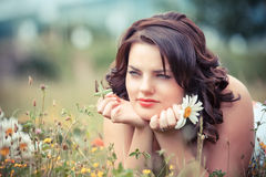 Giovane donna in sosta un giorno di estate caldo Fotografie Stock