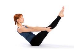Giovane donna sottile che fa esercitazione di yoga Fotografia Stock