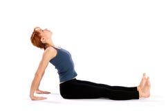Giovane donna sottile che fa indietro allungamento dell'esercitazione Immagini Stock