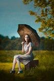 Giovane donna sotto pioggia Immagini Stock