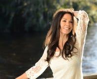 Giovane donna spensierata al fiume fotografia stock