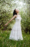Giovane donna spensierata in sosta Fotografia Stock