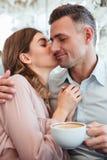 Giovane donna splendida che abbraccia e che bacia il suo ragazzo maschile Fotografia Stock