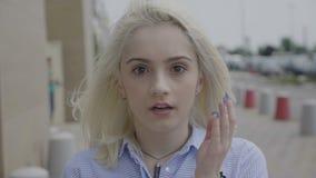 Giovane donna splendida che esprime scossa e incredulità che si tengono per mano sulle guance e sulla bocca aperta - video d archivio