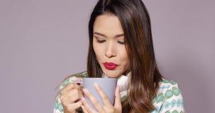 Giovane donna splendida che gode del caffè caldo archivi video