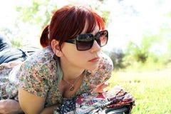 Giovane donna splendida che si distende nella sosta Fotografie Stock