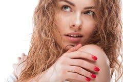 Giovane donna splendida con distogliere lo sguardo bagnato dei capelli ricci immagini stock