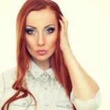 Giovane donna splendida con la posa rossa lunga dei capelli Fotografie Stock