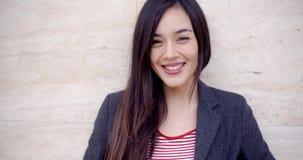 Giovane donna splendida con un sorriso vivace video d archivio