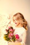Giovane donna splendida, sposa, capelli ricci lunghi biondi, decorazione dello studio Immagine Stock