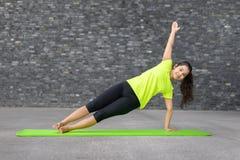 Giovane donna sportiva adatta che fa gli esercizi di yoga Fotografia Stock Libera da Diritti