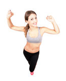Giovane donna sportiva che allunga armi con i pugni chiusi Fotografie Stock Libere da Diritti