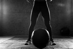 Giovane donna sportiva che fa allenamento di forza in palestra Fotografia Stock