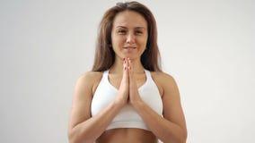 Giovane donna sportiva che fa pratica di yoga a casa video d archivio