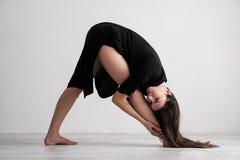 Giovane donna sportiva che fa pratica di yoga su fondo bianco - concetto di vita sana e di equilibrio naturale fra il corpo immagine stock libera da diritti