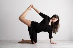 Giovane donna sportiva che fa pratica di yoga su fondo bianco - concetto di vita sana e di equilibrio naturale fra il corpo fotografia stock libera da diritti