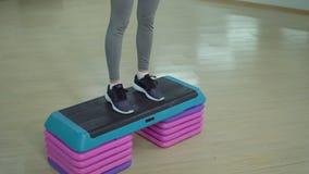 Giovane donna sportiva che si esercita nella palestra Cardio addestramento archivi video