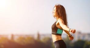 Giovane donna sportiva che si scalda prima del pareggiare Immagine Stock Libera da Diritti