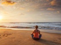Giovane donna sportiva di misura che fa i oudoors di yoga alla spiaggia Fotografia Stock