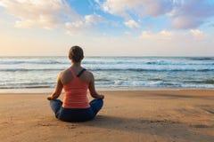 Giovane donna sportiva di misura che fa i oudoors di yoga alla spiaggia fotografia stock libera da diritti