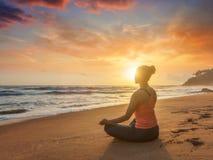 Giovane donna sportiva di misura che fa i oudoors di yoga alla spiaggia immagini stock libere da diritti