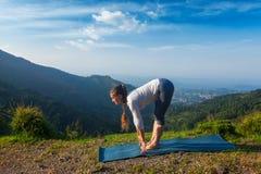 Giovane donna sportiva di misura che fa saluto Surya Namaskar di Sun di yoga Fotografia Stock