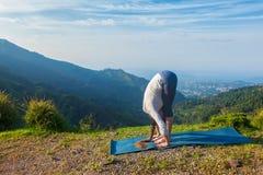 Giovane donna sportiva di misura che fa saluto Surya Namaskar di Sun di yoga fotografia stock libera da diritti