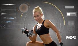 Giovane donna sportiva felice che si esercita con la testa di legno Immagine Stock