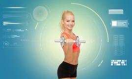 Giovane donna sportiva felice che si esercita con la testa di legno Fotografia Stock Libera da Diritti