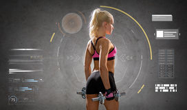 Giovane donna sportiva felice che si esercita con le teste di legno Immagine Stock