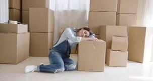 Giovane donna stanca che prende una rottura da imballaggio archivi video