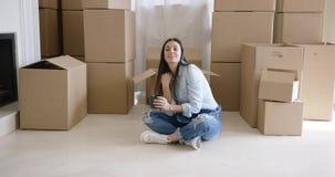 Giovane donna stanca che prende una rottura dalla casa commovente archivi video