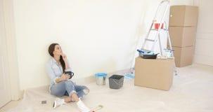 Giovane donna stanca che si rilassa durante i rinnovamenti video d archivio
