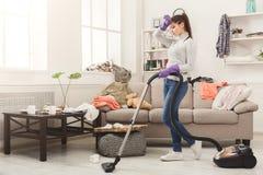 Giovane donna stanca della casa di pulizie di primavera fotografia stock