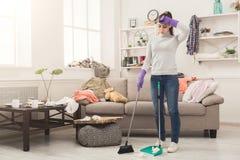 Giovane donna stanca della casa di pulizie di primavera immagini stock