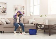 Giovane donna stanca della casa di pulizie di primavera immagine stock libera da diritti