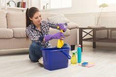 Giovane donna stanca della casa di pulizie di primavera immagine stock