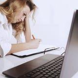 Giovane donna stanca, sollecitata e frustrata wo disperato di affari Immagini Stock Libere da Diritti
