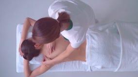 Giovane donna in stazione termale Massaggiare e terapia tradizionale di guarigione i trattamenti Salute, cura di pelle, massaggio video d archivio